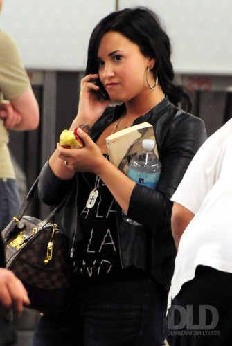 Demi - Arrives at Chicago O'Hare Airport in Chicago, IL - 23 April 2011
