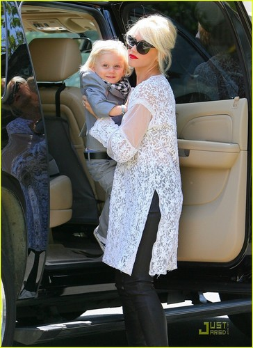Gwen Stefani: Easter Sunday with Kingston & Zuma!
