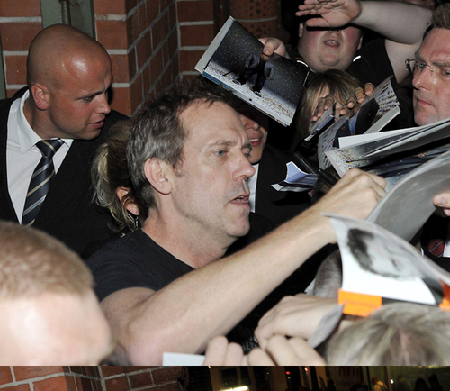 hugh laurie Signing Autographs for fans after the Berlin konsiyerto