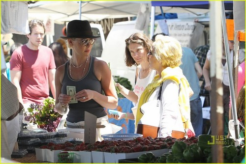 Katherine Heigl: Farmer's Market with Mom and Naleigh!