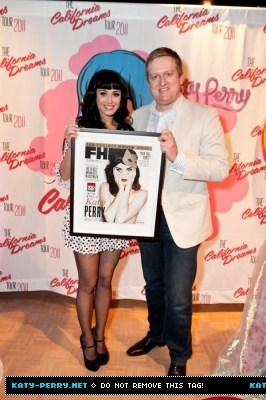 Posing with her 'FHM topo, início 100 sexiest women of the world' in Australia