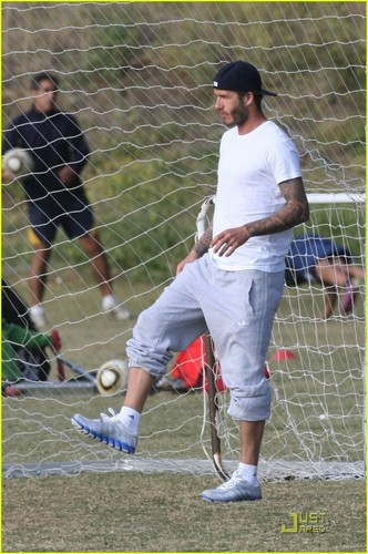 David carries Cruz during his Fußball practice on Friday (May 13) in Los Angeles