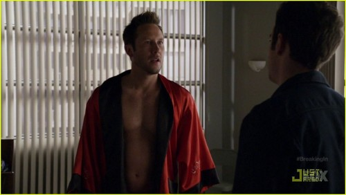 Michael Rosenbaum: Shirtless on 'Breaking In'