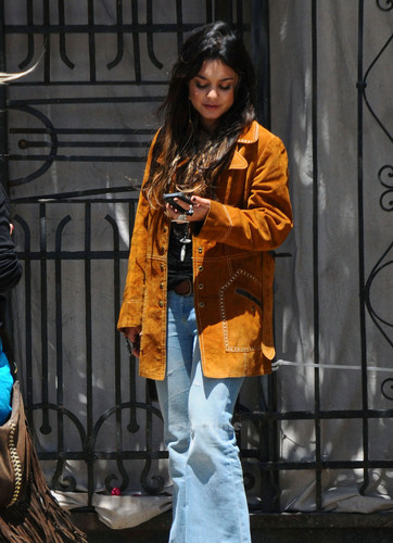 Vanessa Hudgens caught smoking