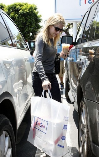 Emma Roberts Shopping At Fred Segal