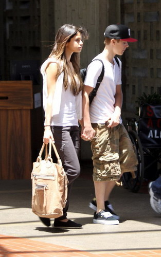 JUSTIN AND SELENA ON VACATION IN HAWAII