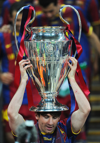 Barcelona Return 집 빅토리어스 With Champions League Trophy (Lionel Messi)