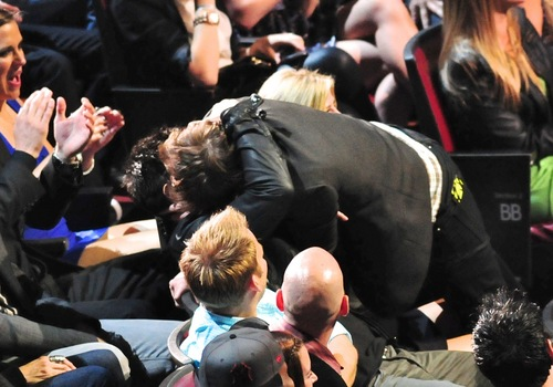 Robert and Taylor kiss at MMA 2011