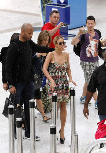 Beyonce Knowles arrives at the Nice airport with her entourage and mother, Tina