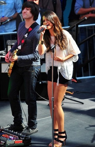 Selena Gomez Performing A Free Concert At Santa Monica Place