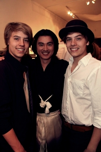 "Dylan and Cole Sprouse 照片 At ""Fashion For Japan""!!"