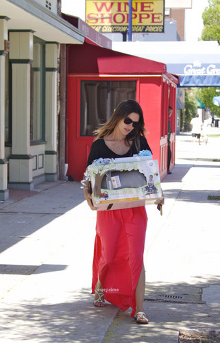 Rachel Bilson picks up baby gifts at Juvenile duka in Studio City, July 1st.
