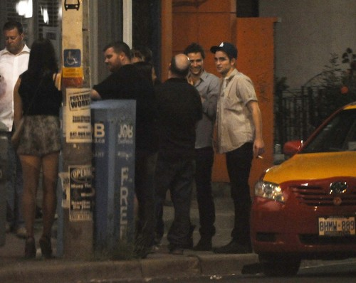 "*NEW* Pics Of Robert Pattinson At The ""Cosmopolis"" envolver, abrigo Party Last Night"