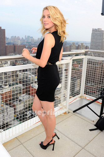 Amber Heard: GUESS & GUESS bởi Marciano Holiday Press Event