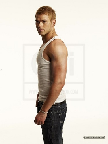 और outtakes of Kellan Lutz for Men's Health