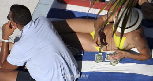 Cameron Diaz in a Bikini relaxing দ্বারা The Hotel Pool in Miami, Jul 30