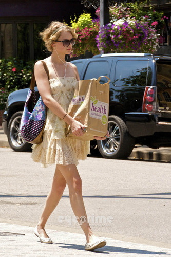 Taylor veloce, swift shopping in Nashville.